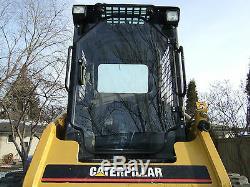 Cat 216-287 De Porte Et Sur Les Côtés. Chargeuse De Direction. Caterpillar Faucheuse Broyeuse